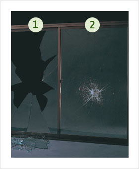 左の一般ガラスは割れましたが、右の防犯ガラスは貫通していません。