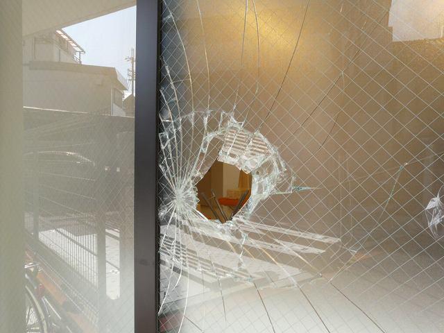 泥棒に破られた網入りガラス