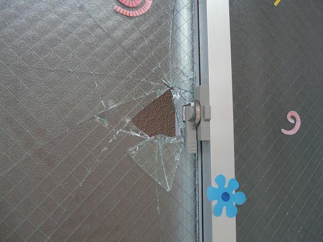 網入りガラスは防犯ガラスではないので簡単に割れます