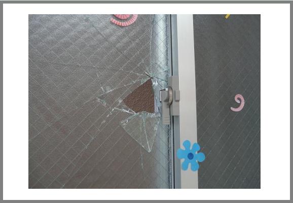 網入りガラスは防犯ガラスではないため、カンタンに破られてしまいます